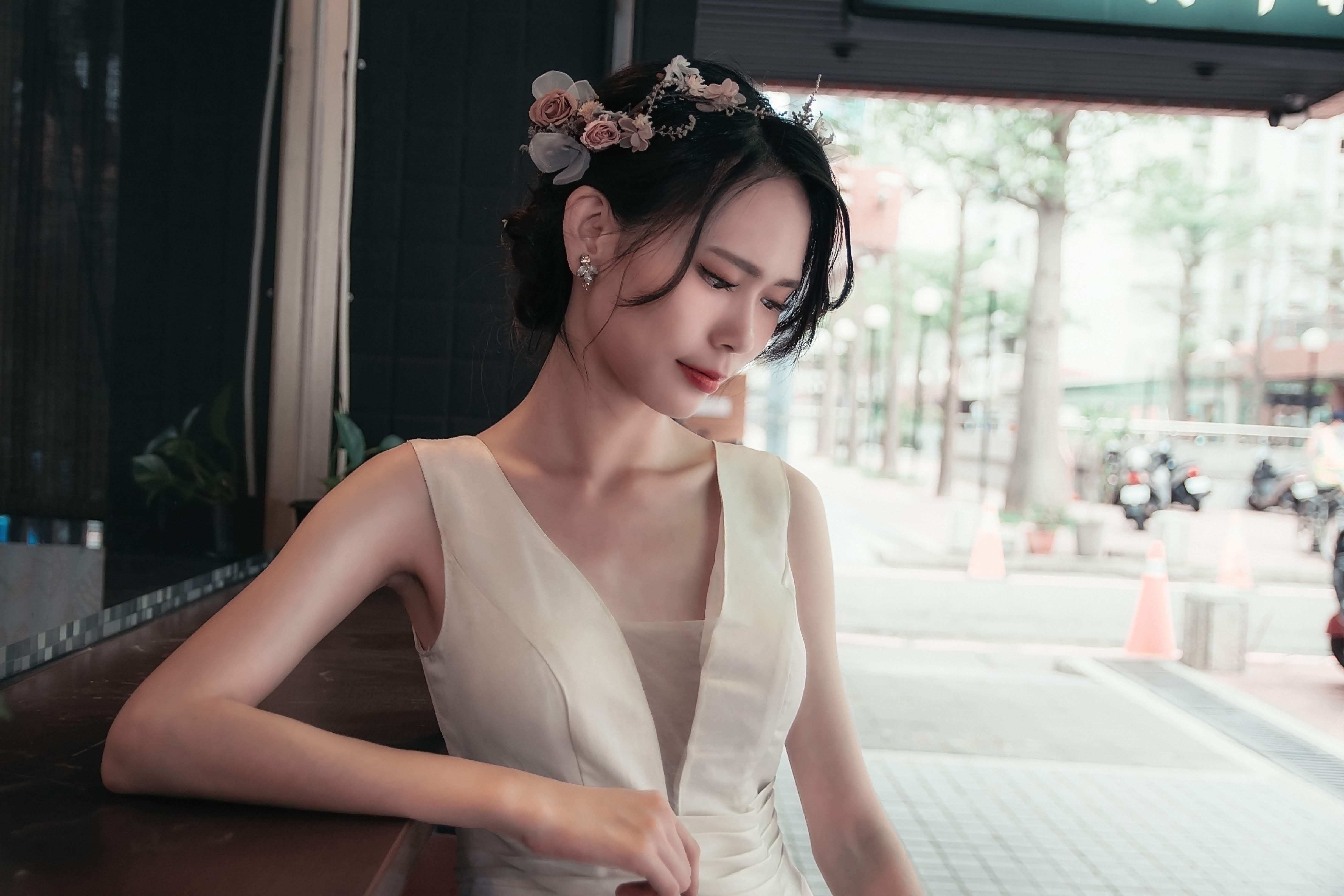 輕透底妝、黑髮自然盤髮、浪漫花飾